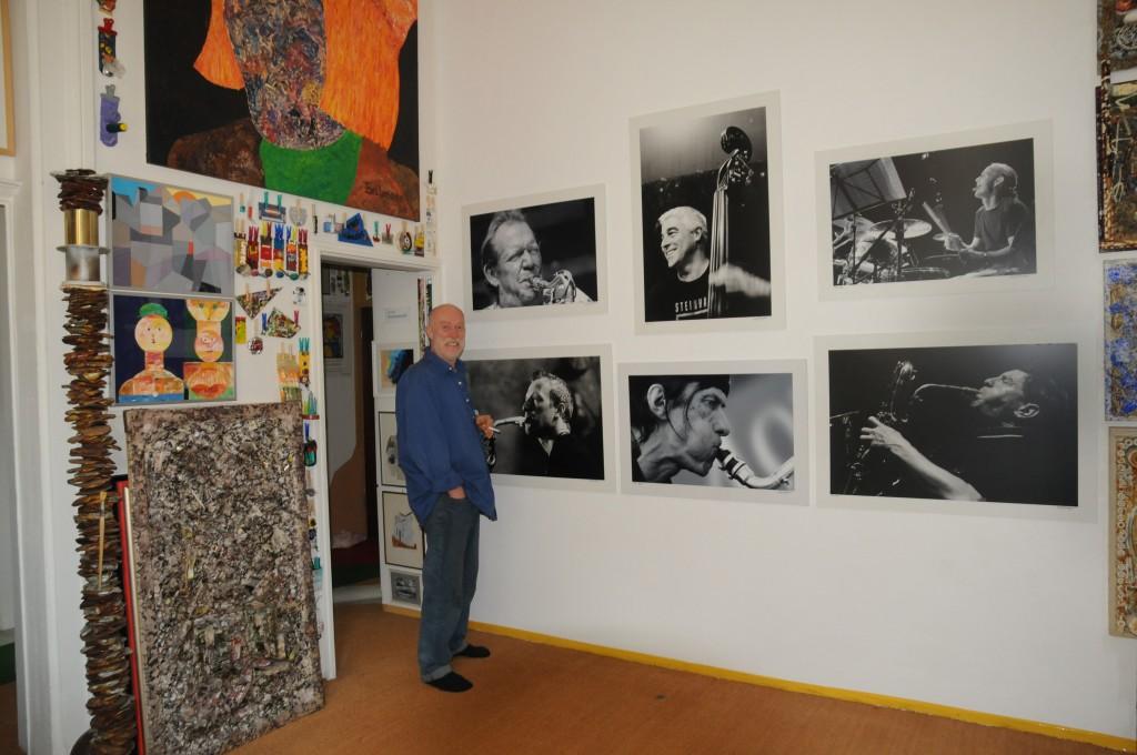 Der Organisator vor Jazz-Portraits von Manfred Rinderspacher. Ihm war die Eröffnungspräsentation gewidmet. Das Foto stammt von Manfred. DSC_0066