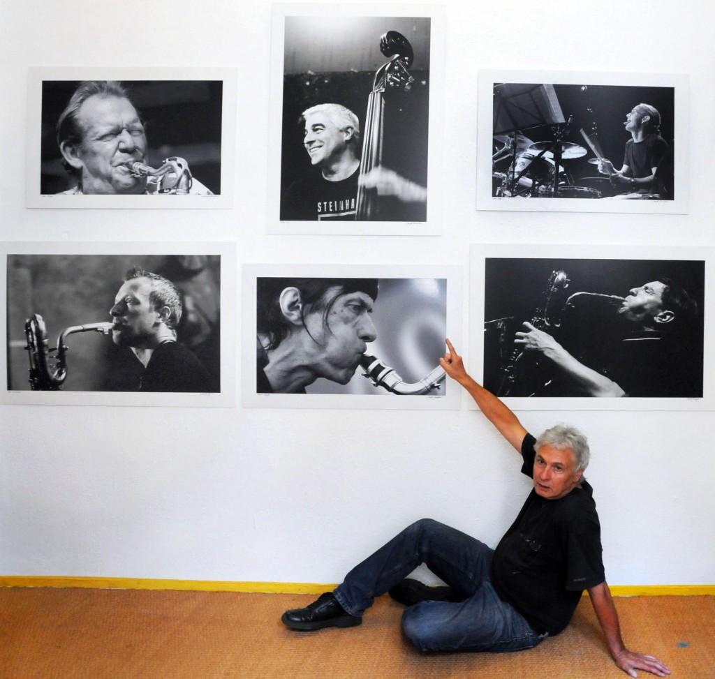 Manfred erklärt seine Werke, hier: Gunter Hampel, DSC_0091