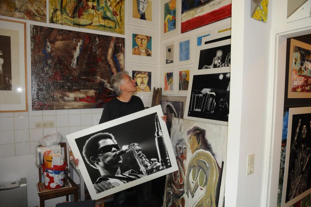 Ein hartes Stück Arbeit auf engstem Raum, Manfred mit einem seiner Werke