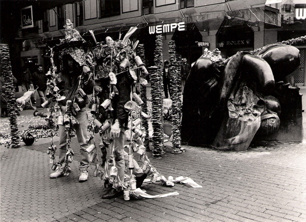 Zwei Dosenspaziergänger am Pflanzenbrunnen vor Juweliergeschäft, Foto Manfred Rinderspacher