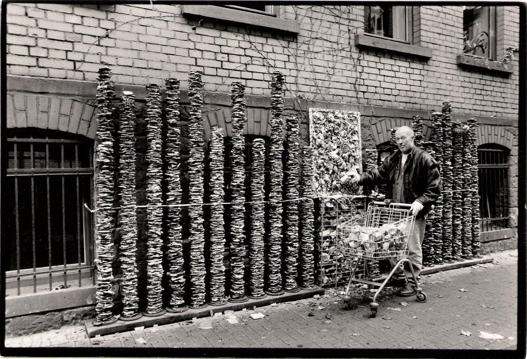 Dosenstand und simulierter Verkauf vor der Galerie Hartmannstrasse 45, Scannen0014