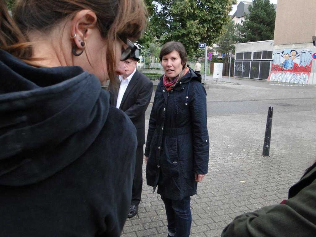 Dr. Esther Baumgärtner vor einem Mannheimer Pfosten