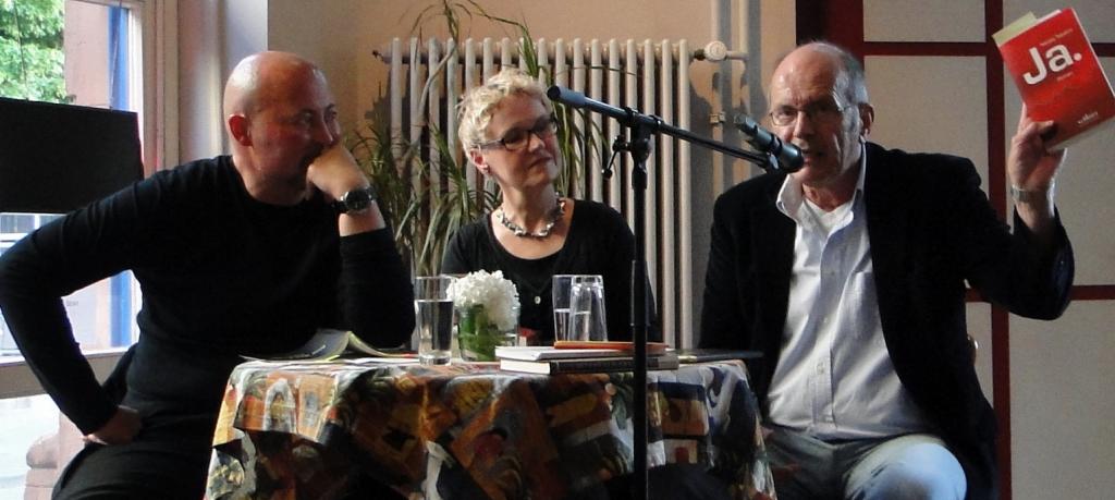 Dirk Mühlbach, Bettina Franke und Klaus Servene mit dem Roman 'JA' von Nikolaj Tabakov