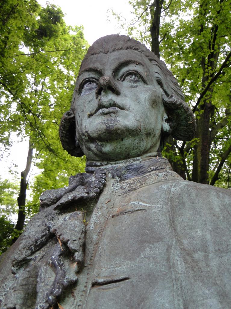 SAMUEL HEINICKE 1727-1790 lebte von 1768-1778 in Eppendorf und gründete die erste deutsche Taubstummen-Anstalt nach der Lautsprach-Methode (Text siehe Sockel der Büste, die im Seelemannpark aufgestellt ist.)