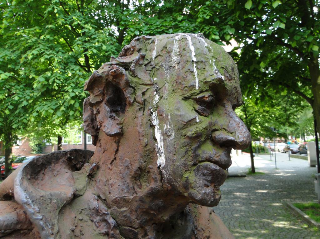 Skulptur auf dem Vorplatz des Neuen Mariendoms, die sog. Sankt-Ansgar-Statue in Hamburger Stadtteil St. Georg