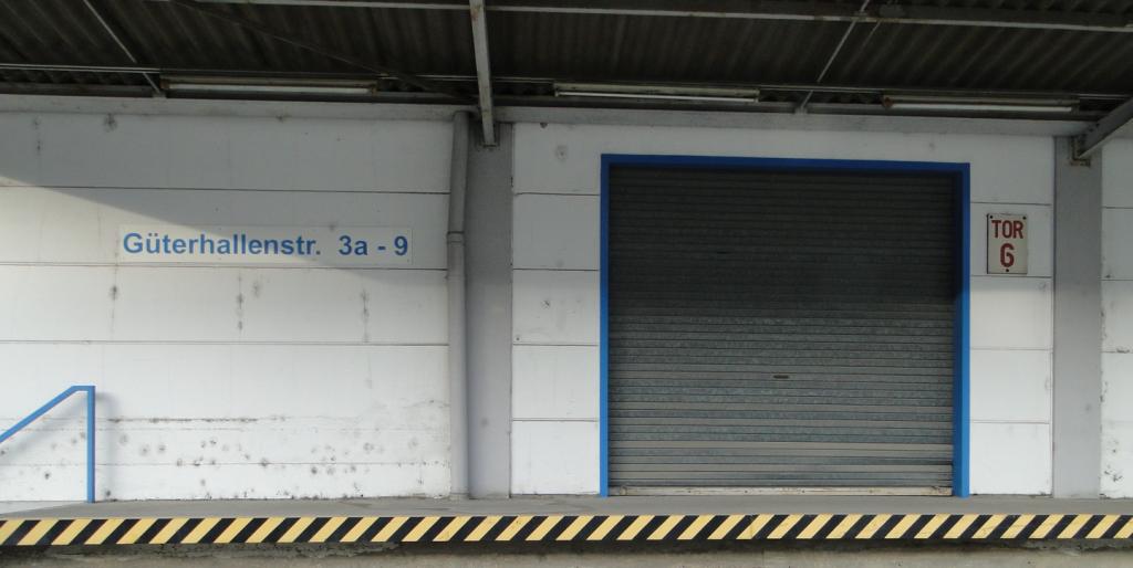 Zur Orientierung: Detailansicht einer in die Tage gekommenen Lagerhalle
