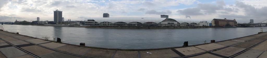 Blick vom Mannheimer Hafen aus nach Ludwigshafen am Rhein, in der Mitte des Stromes die Landesgrenze