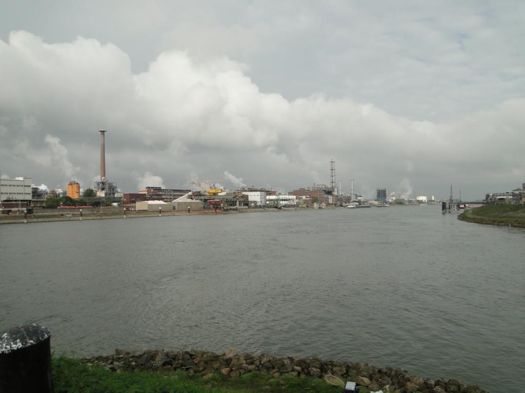 Anfang / Ende Verbindungskanal mit Blich auf die industriellen Werke der BASF