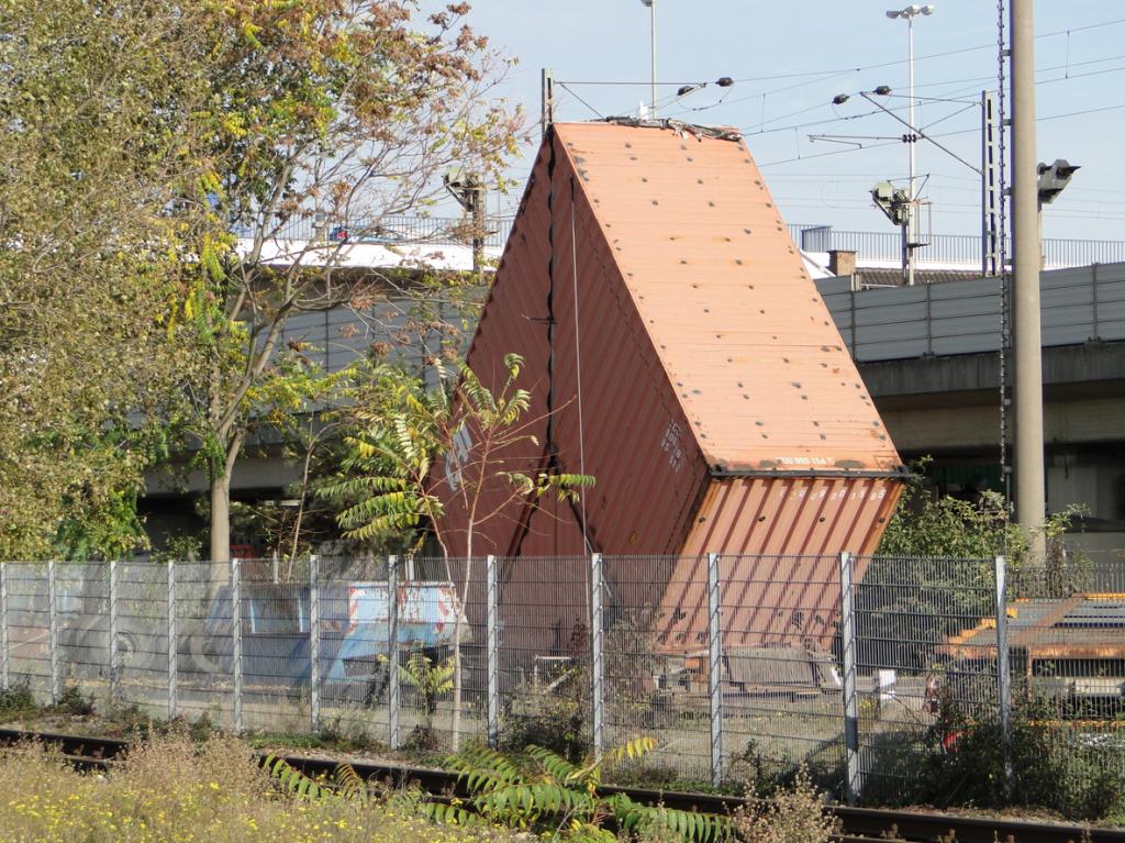 Aus Containern zusammengestückeltes Büro auf dem Gelände der HELLASTRANS GmbH, ein Erkennungsmerkmal