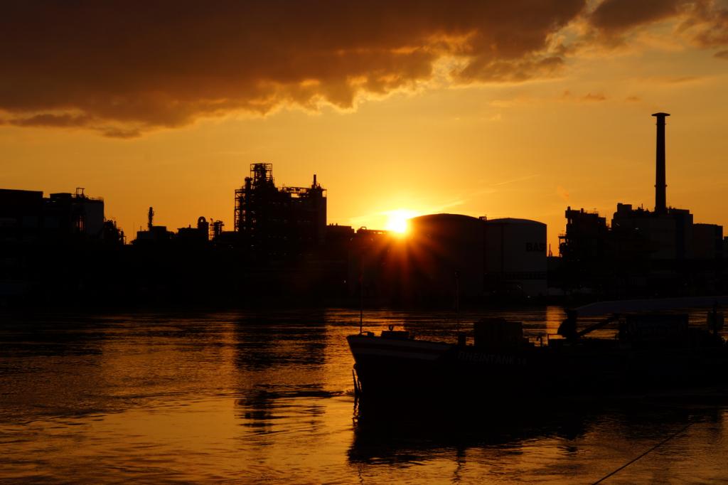 Die Sonne versinkt hinter der Badischen Anilin- und Sodafabrik