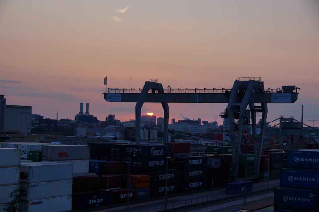 Der Mühlauhafen und die Strasse der Container: die Werfthallenstrasse
