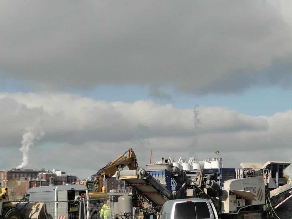 Abrissequipment mit BASF im Hintergrund