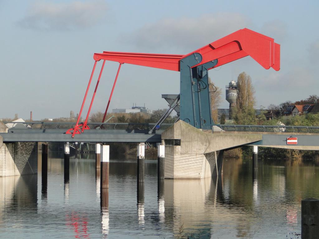 Die Diffenébrücke, keine andere Brücke im Mannheimer Hafen kann ihr das Rhein-Neckar-Wasser reichen