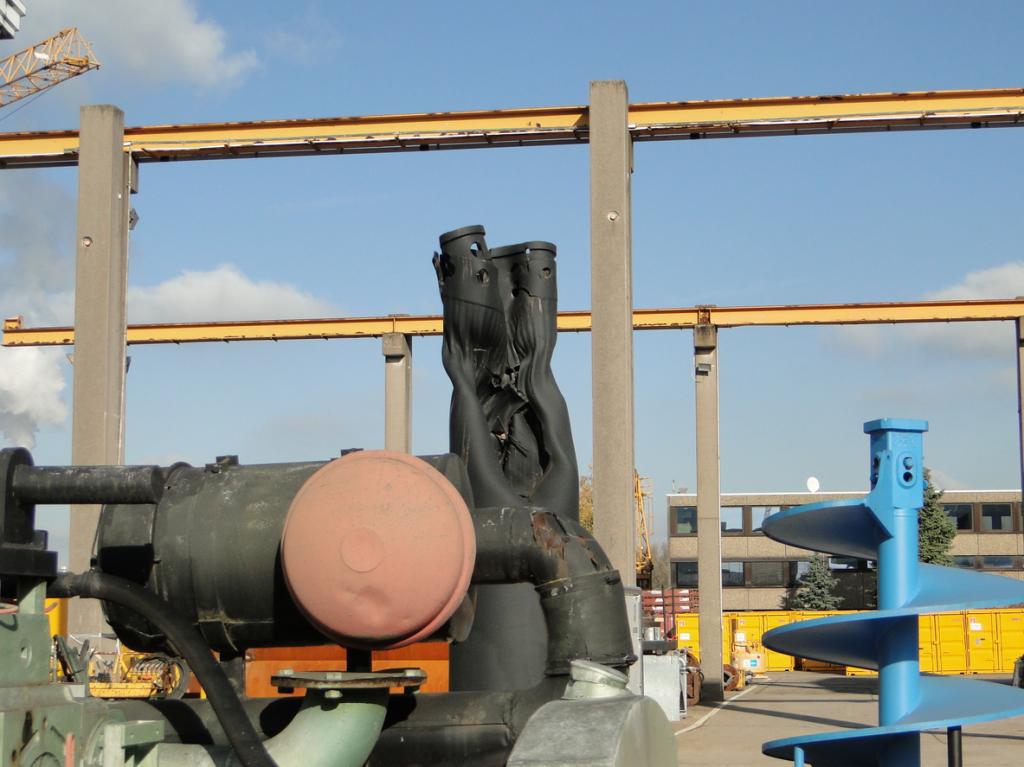 Dieses als Kunstwerk ausgewiesene, durch eine Detonation deformierte Rohrstück findet man auf dem Betriebsgelände einer grossen Baufirma