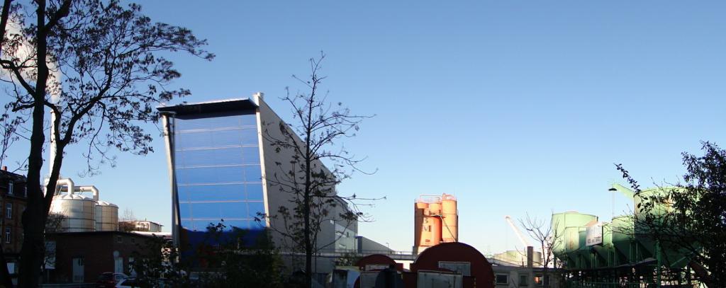 Blick vom Spielplatz Ecke Neckarvorland / Salzkai auf die am Neckar angesiedelte Miniaturausgabe der Werfthallenstrasse (Strasse der Container, NN 13)