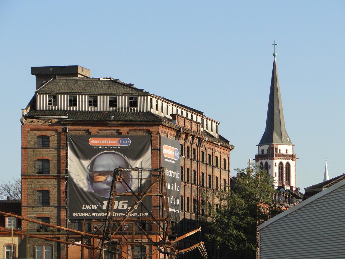 Turm der Liebfrauenkirche, rechts daneben die Turmspitze der Yavuz-Sultan-Selim-Moschee