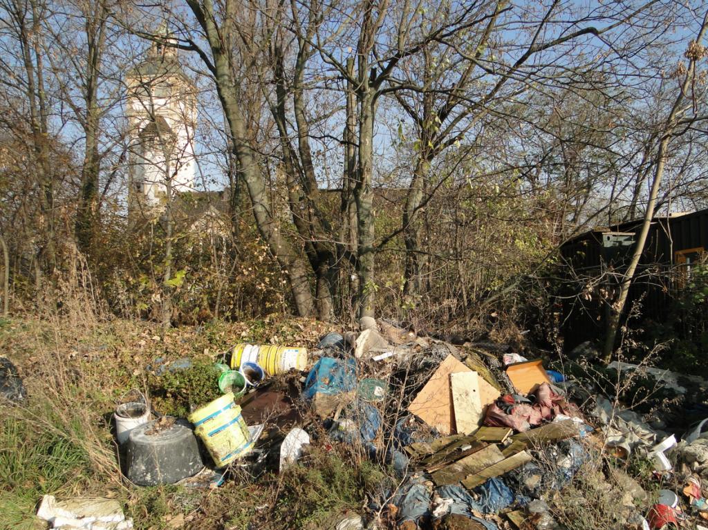 Wilder Müllhaufen in der Nähe des Pumpwerks Ochsenpferch; Zugang Bunsenstrasse (L538) am Rande des Mannheimer Hafens