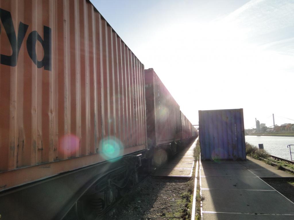 So könnte es werden: Langzug mit Containern auf dem Weg zur Durchleuchtungsstation...