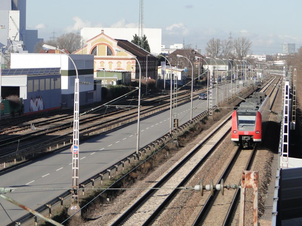 Blick von der Überführung der Bahntrassen auf die Rhenaniastraße, links hinten das GKM, rechts in der Ferne der Victoria-Tower