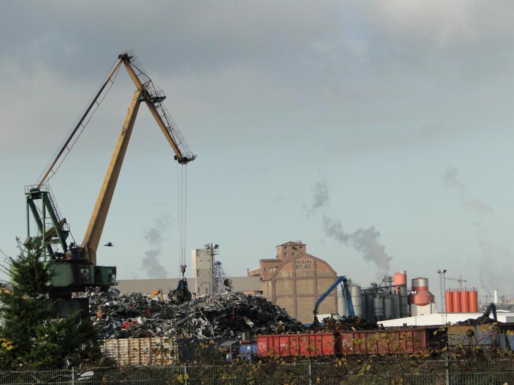 Schrottverarbeitende Industrie im Mannheimer Hafen...