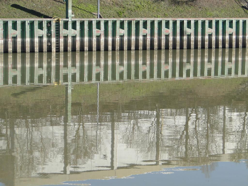 Uferbefestigung und Liegeplätze für Schiffe bei Hochwasser