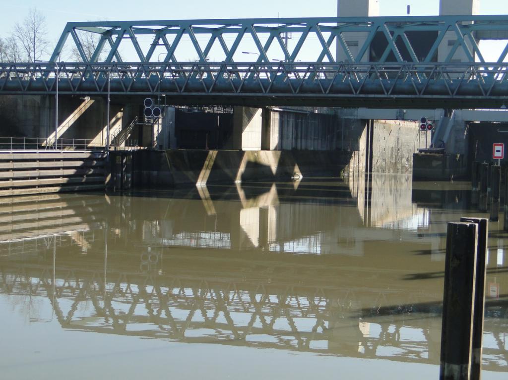 Alles in allem: Brücke (Zug), Steg (Rad), Schleuse (Schiff) - eine ziemlich gewaltige verkehrstechnischeBaukonstruktion