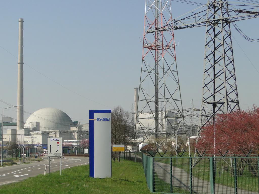 Das Atomkraftwerk Philippsburg und der Hinweis auf den Betreiber: Energie Baden-Württemberg AG