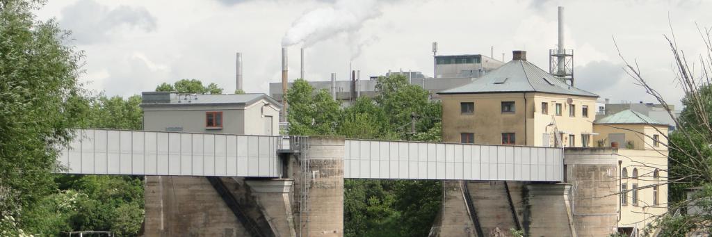Flussbauwerk, im Hintergrund Ladenburger Industrie