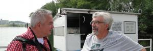 Matthias Plath (li.) und der Fährmann Werner Reuters beim Informationsaustausch