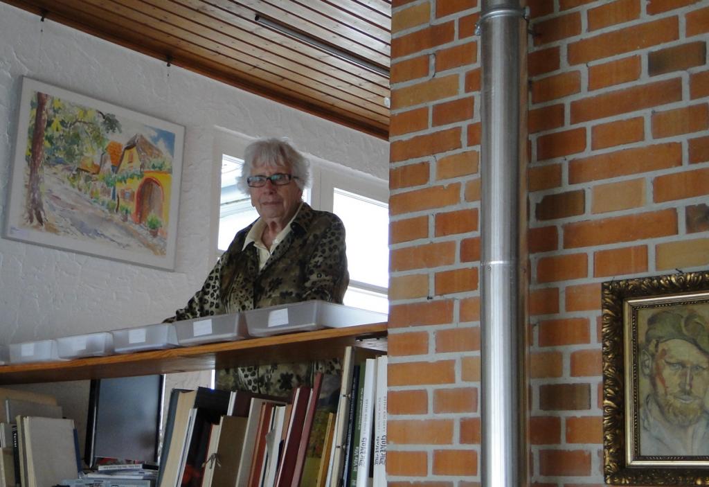 Ingrid Fellner kümmert sich um Atelier und Nachlass und wechselnde Ausstellungen. Zurzeit trifft man auf Rosel Anton aus Hambach mit Radierungen und Gabi Höffel aus Edenkoben mit Handweberei. Bis 31. 0ktober 2014, Sommerpause im August...