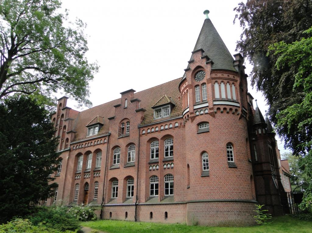 Eine ehemalige Wasserburg - um 1225 - gilt als Basis des Schlosses Bergedorf