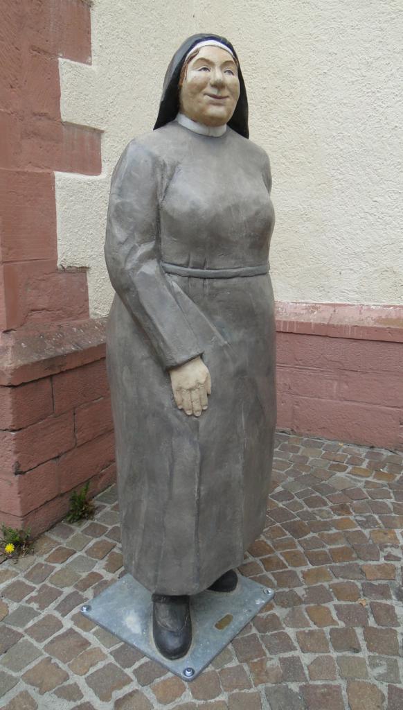 Nonne vor Evangelischer Stiftskirche