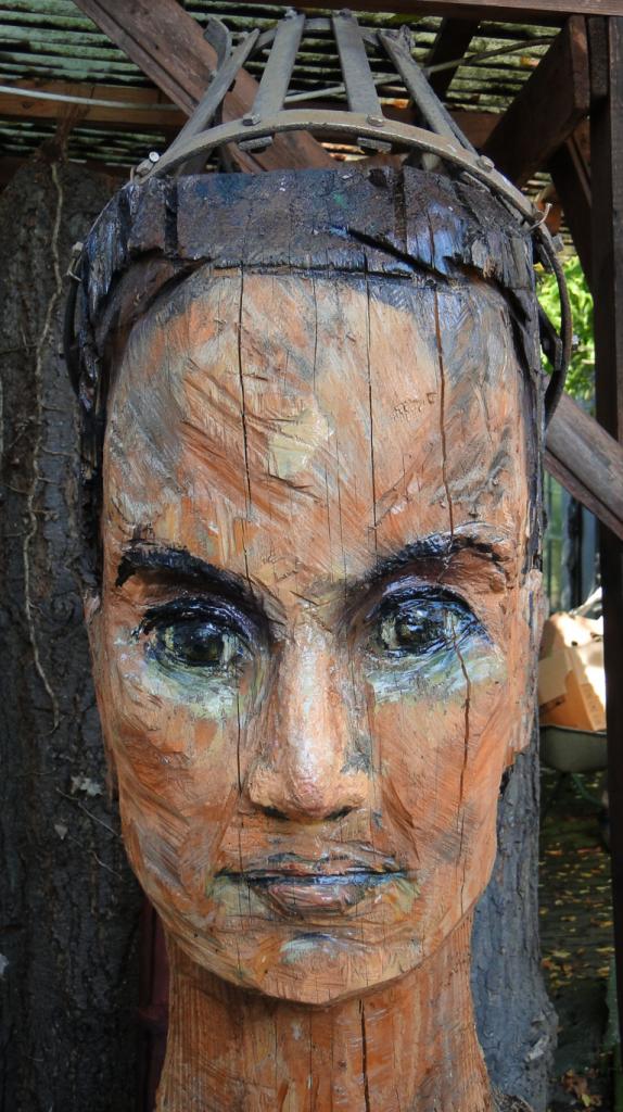 D I E   G E K R Ö N T E  (2014, h = 200 cm, Holz, mit Kettensäge bearbeitet, Metall, Detail)
