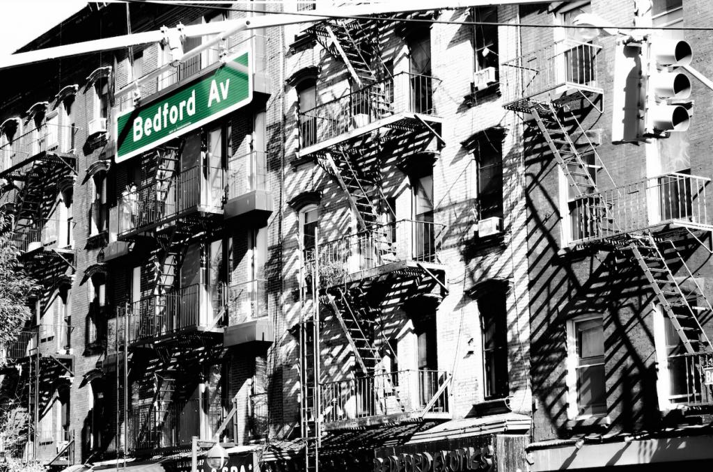 Bedford Avenue, Brooklyn, NY ... mit Fire Escapes, den meist nachträglich aus Sicherheitsgründen angebrachten Feuerleitern