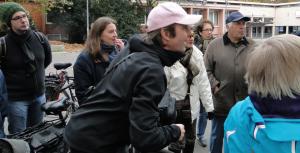 Rege Diskussion vor der Skulptur von Gerd Dehof, in der Mitte der Stadtführer und Künstler Erik Göngrich