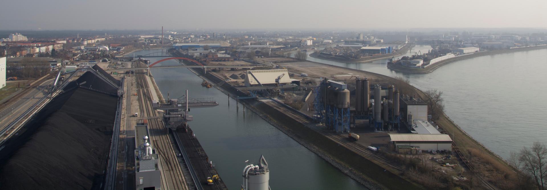 Das Rheinauer Hafengelände mit Becken 21 (Mitte), Becken 22 und 23, ganz rechts der Rhein