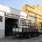 Offener Eingang zu einer Alu-Werkstatt. Rechts daneben eine ehemalige (?) Konservenfabrik