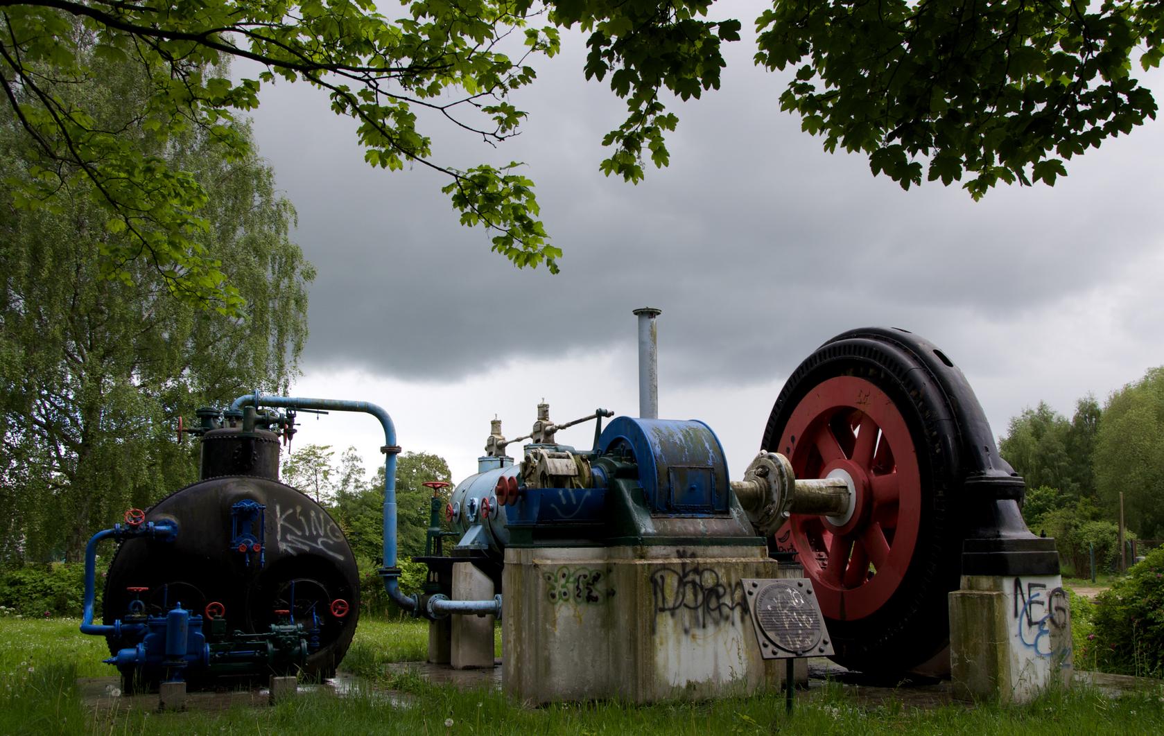 Dampfmaschine + Dampfkessel mit Generator: Diese hier als Industriedenkmal aufgestellte Dampfmaschine wurde 1911 von der Maschinenfabrik Ehrhardt & Sehmer  AG, heute ATLASCOPCO Saarbrücken gebaut. Von 1945-1979 erzeugte diese Anlage den gesamten Strombedarf des Säge- und Hobelwerkes Schüder & Kremer in Elmshoorn ... Die Stadt Elmshorn dankt Herrn Ernst Schuldt für seine Initiative zur Erstellung dieses Denkmals.