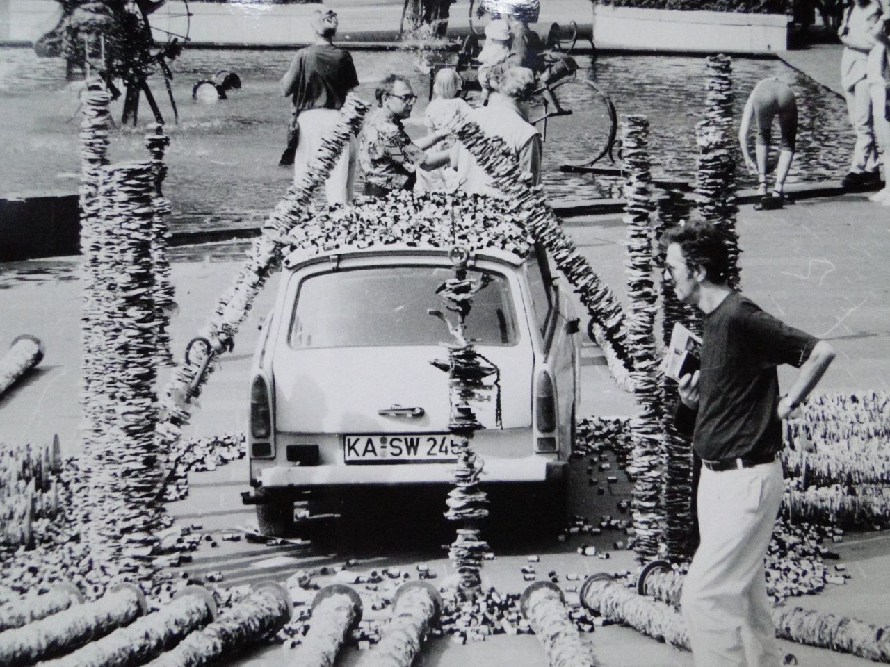 Norbert Koczorski (Bildmitte) während der Aktion in Basel vor dem Tinguely-Brunnen