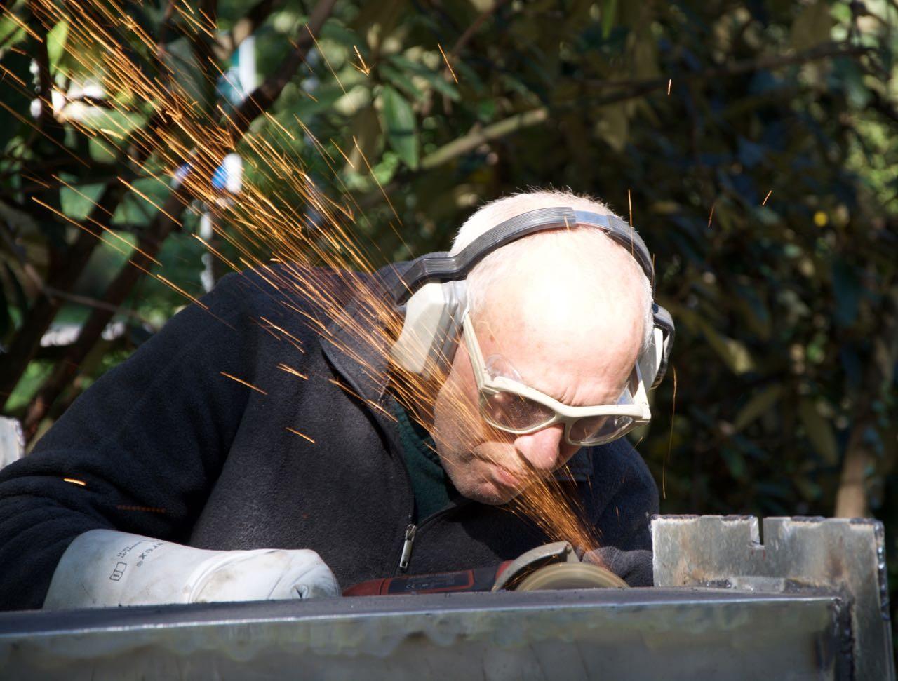 Der Künstler bei der sprichwörtlichen Arbeit: Er schleift die im Pilgerschritt geschweissten Nähte ab